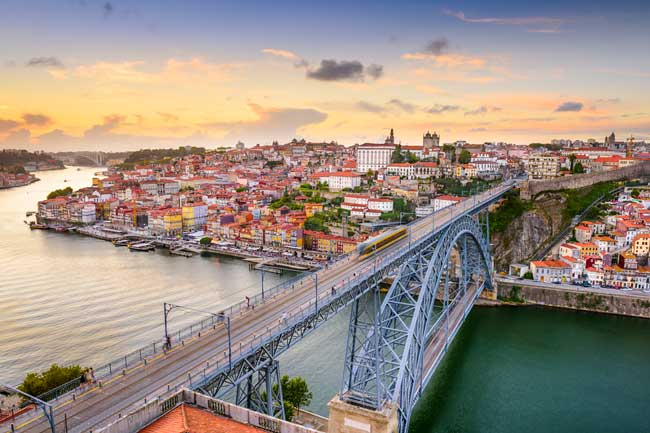 From the Dom Luis Bridge you can enjoy beautiful city views.